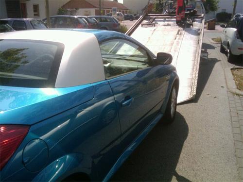 Opel Tigra Twintop wird abgeschleppt